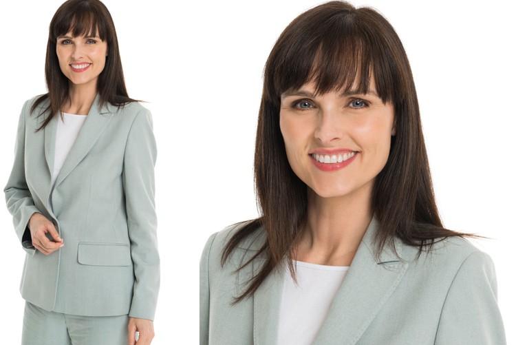 Bluse, T-Shirt oder Rollkragenpulli, hier auch für Bereichsleiterin vom Outfit her passend