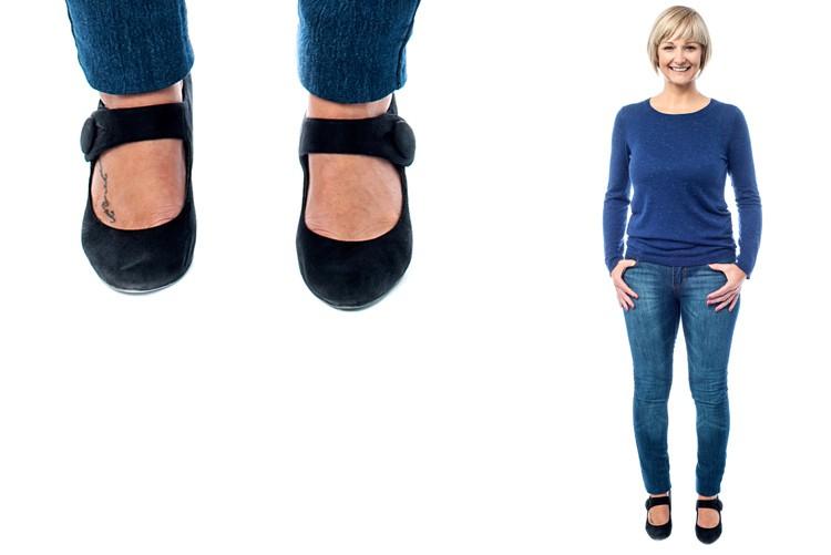 Nur bei Ganzkörperaufnahmen: Sie sollten keine offenen Schuhe oder schwarze Strümpfe verwenden, damit keine Haut mehr sichtbar ist.