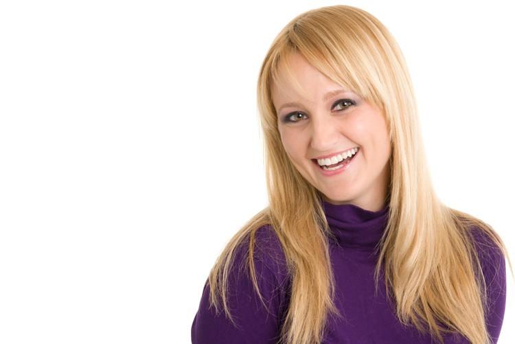 Binden Sie lange Haare womöglich zusammen. Offene Haare sind möglich, da auf dem Foto lange Haare sehr schnell unruhig und unordentlich wirken, müssen sie in aufwändiger Weise für das Foto drapiert werden. Dies verlängert die Shootingzeit entsprechend.