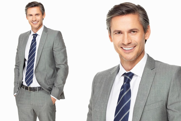 Anzug und Kravatte ist Pflicht. Kundenkontakt, deshalb Dresscode seriös. Dunkle Farben sind nicht zwingend.