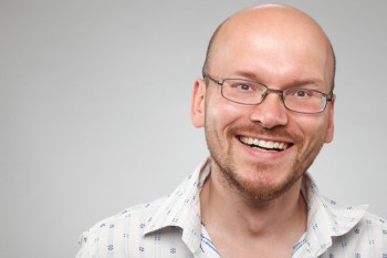 Bei Brillen mit starker Korrektur zieht es auf der Seite das Gesicht hinein und die Augen werden unvorteilhaft klein. Der Augenkontakt ist aber bei einem Bewerbungsfoto etwas ganz zentrales. In der <a href=/bildbearbeitung>Bildbearbeitung</a> kann das Problem behoben werden.