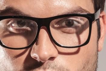 Eine Brille schränkt die Ausleuchtung einer Person auch bei einer harten Lichtführung ein: es entstehen störende Schlagschatten, die erst richtig
