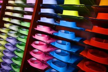 Wählen Sie keine schrillen Farben, sondern setzen Sie auf dezente und eher dunklere Farbtöne. Setzen Sie z.B. mit einer Kravatte Kontraste.