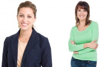 Uni oder dezent gemusterte Bluse, hochwertiges Shirt, ev. sportliche Jacke oder Blazer (ist nicht Pflicht)